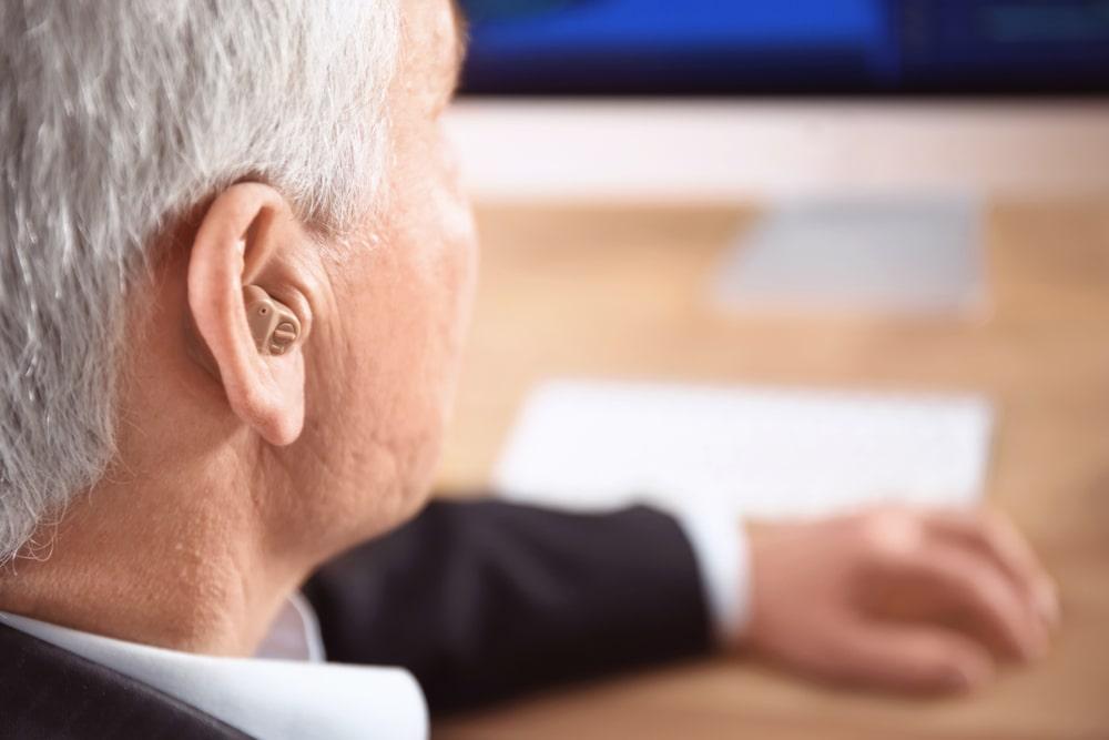 Jak szybciej przyzwyczaic sie do noszenia aparatu sluchowego